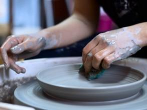 Töpfern an der Drehscheibe mit Porzellan