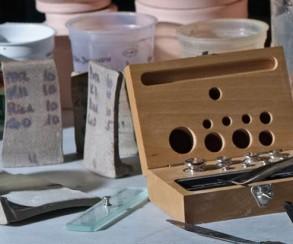 Keramikkurs: Glasurmischen mit Feldspaten