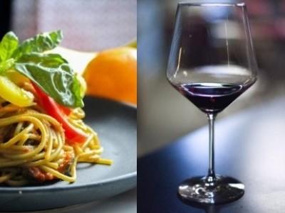 Italienischer Wein und Pasta von Hand gemacht